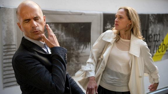 Pola (Sophie von Kessel)gibt Tom (Christoph Maria Herbst) eine Ohrfeige.