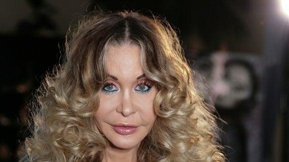 Das Geschäft mit den neuen Sex-Utensilien erweist sich schnell als lukratives Modell. Auch Dolly Buster ist mit von der Partie.