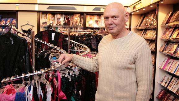 Andreas Schwarzbach eröffnete 1990 einen Sexshop in Magdeburg ... noch heute führt er dort einen Erotikmarkt unter dem Label Beate Uhse.