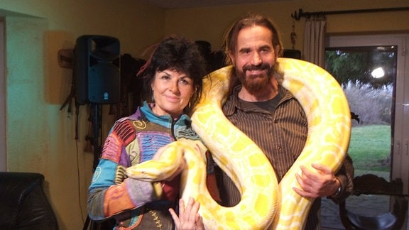 Sybille und Frank Wischgoll eröffneten 1990 einen Sexshop in Dessau ... heute treten sie mit einer Feuer- und Schlangenshow auf.