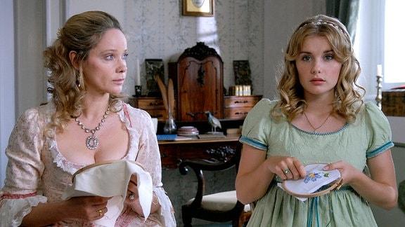 Grafentochter Josefine (Anna Hausburg) gesteht ihrer Mutter Gräfin Greta (Ann-Kathrin Kramer) ihre Sehnsucht nach fernen Ländern.
