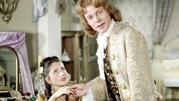 Der Meisterdieb (Klaus Piontek) soll das Bettlaken der Gräfin (Margit Bendokat) stehlen.