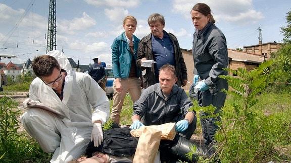 Die Ermittler stellen fest, dass der Fundort aber nicht der Tatort ist. Von links: Dr. Stabroth (Jochen Schropp), Nora Lindner (Isabell Gerschke), Schneider (Wolfgang Winkler), Rosamunde Weigand (Marie Gruber), ein weiterer Ermittler.