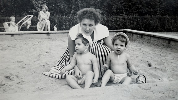 Mutter und Kind immer wie aus dem Ei gepellt -  auf einem Sandspielplatz