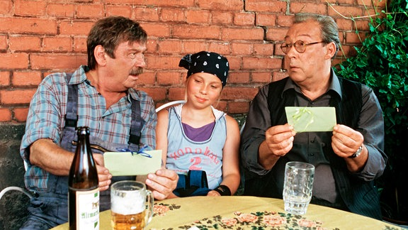 Günther (Wolfgang Winkler, li.) und Erwin (Jaecki Schwarz) versuchen die Ehe der Eltern ihrer Enkelin Charlotte (Laura Borlein) zu retten.
