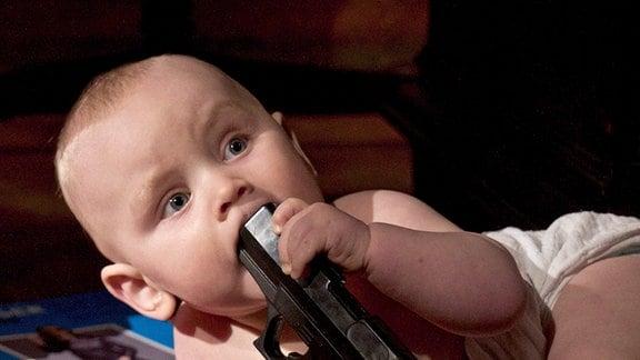 Baby mit Waffe