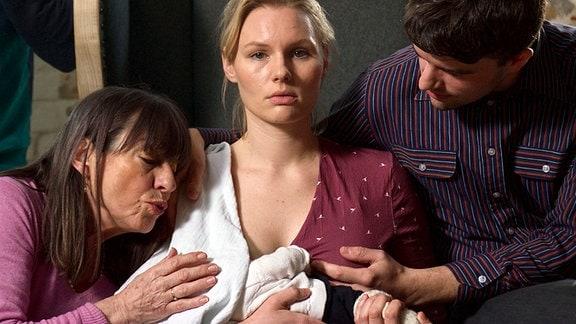 Lucy (Rosalie Thomass, Mitte) und die Kräfte zehrende Familie.