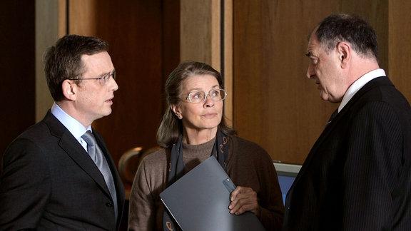 Frau Böhm (Senta Berger) im Gespräch mit Dr. Hochfeld (Thomas Huber, l) und Dr. Schwarz (Jürgen Haub)
