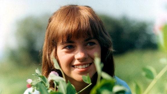 Prinzessin Julia (Lucie Tomková) im Grünen, hinter einem Zweig.