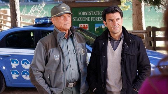 Pietro (Terence Hill) mit Kommissar Vincenzo Nappi (Enrico Ianniello).