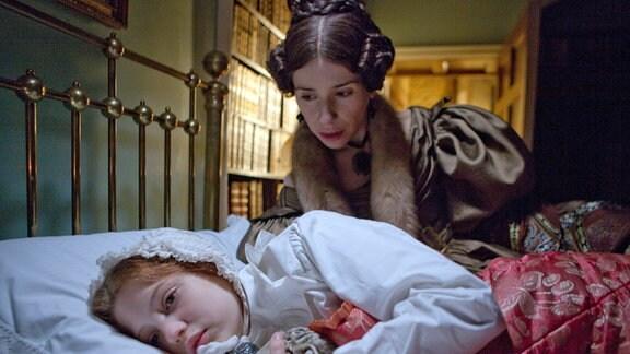 Jane (Amelia Clarkson) und ihre Tante Mrs. Reed (Sally Hawkins) verstehen sich überhaupt nicht.