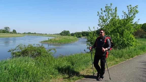 Thomas Böttcher wandert an der Elbe entlang