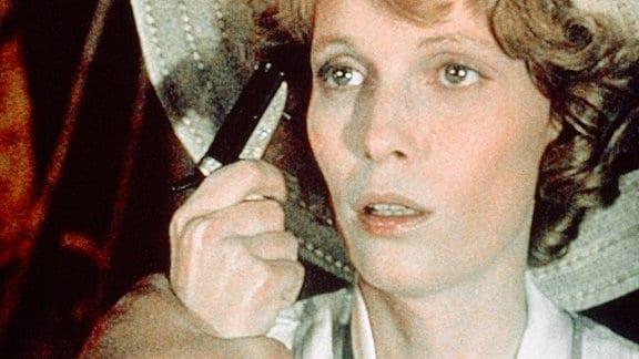 Jacqueline de Belfort (Mia Farrow) hat ihren Geliebten an eine andere Frau verloren und ist zum äußersten entschlossen, auch zum Mord.