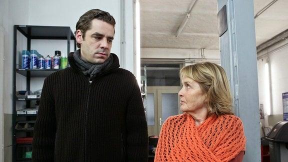 Hanna Sendler (Petra Kelling) kommt in die Garage. Sie scheint nichts von den krummen Geschäften ihrer Jungs zu ahnen (Tobias Oertel).