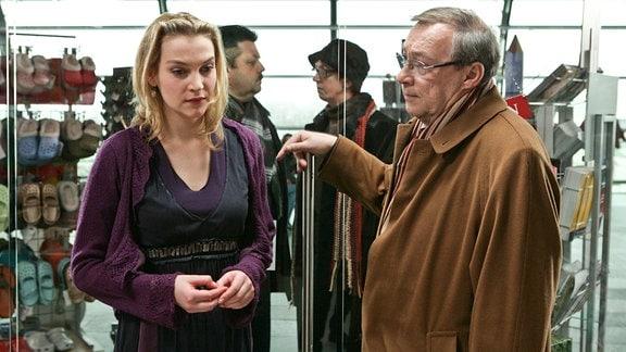 Schmücke (Jaecki Schwarz) überbringt der Schwester des Opfers (Jana Klinge) die traurige Nachricht.