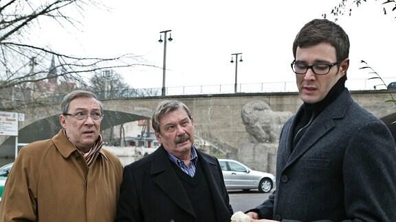 Die Hauptkommissare Schmücke (Jaecki Schwarz, links) und Schneider (Wolfgang Winkler, Mitte) lernen ihren neuen Kollegen Dr. Stabroth (Jochen Schropp, rechts) kennen
