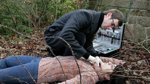 Rechtsmediziner Dr. Stabroth (Jochen Schropp) untersucht die tote Taxifahrerin.