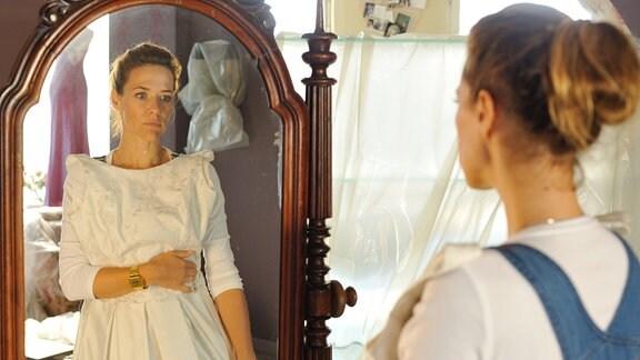Rosa (Alexandra Neldel) steht nachdenklich vor dem Spiegel. Mitten in den Vorbereitungen zur Eröffnung ihrer Hochzeitsagentur, erinnert sie sich daran, dass sie Sam drei mal vor dem Altar stehen gelassen hat.