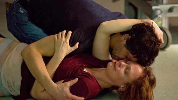 Esther Baumann (Katharina Marie Schubert) geht weinend zu Boden, ihr Ex-Mann Frank Baumann (Carlo Ljubek) fängt sie auf.
