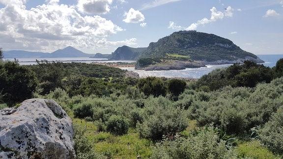 Die sogenannte Ochsenbauchbucht zählt zu den schönsten Stränden von ganz Griechenland.