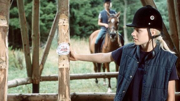 Peggy und die …ko-Freaks am Sonntag (03.02.01) um 18.00 Uhr. Lili (Ann-Kristin Schmeisser, rechts) stellt fest, dass jemand die alten Sprossen des Hochsitzes demontiert hat. Peggy (Thea Frank, auf dem Pferd) schaut zu.