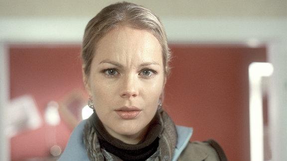 Carola Wolter (Angela Sandritter) blickt in die Kamera.