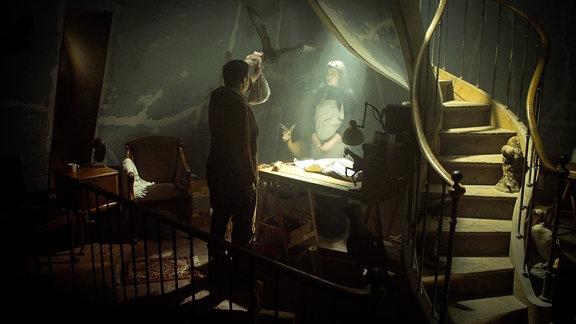 Robert in einem düsteren Raum bei der  Tierpräparatorin.
