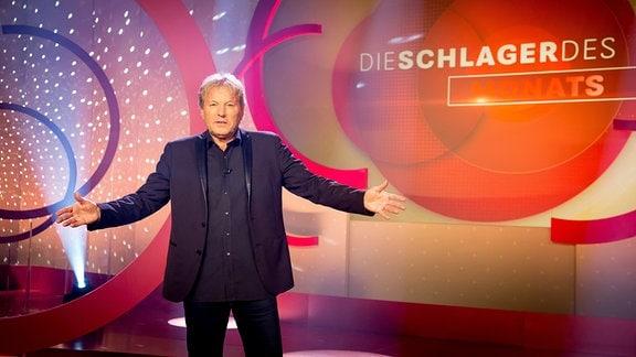 Bernhard Brink in der Kulisse der Sendung