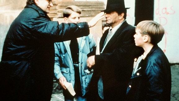 Regisseur Wim Wenders (links) mit Peter Falk (als ehemaliger Engel) am Set.