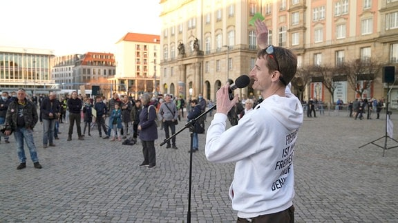 Marcus Fuchs, der Gründer von Querdenken Dresden, spricht auf einer Demonstration.