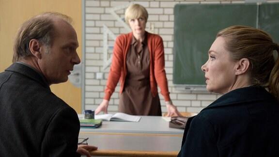 Frau Silber (Anna Stieblich, Mitte) schlägt Erik Neufund (Martin Brambach) und Charlotte Neufund (Aglaia Szyszkowitz) für ihre eigenwillige Tochter Fiona eine Austauschschülerin aus England vor.