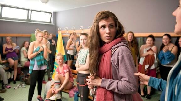 Erste Hürde: Sportunterricht. Schon in der Umkleidekabine erlebt Helen (Jannik Schümann) Streitigkeiten.