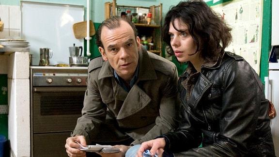 Andreas Keppler (Martin Wuttke) in der Wohnung von Ellen und Roza (Margarita Breitkreiz). Er durchsucht Ellens Sachen und findet angekohlte Alufolie - typisches Utensilien eines Drogenkonsumenten.
