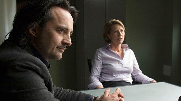 Staatsanwältin Karin Lucke (Petra Zieser) gibt Stefan Dirks (Harald Schrott) ein Alibi für die fragliche Zeit. Eva Saalfeld und Andreas Keppler sind irritiert.