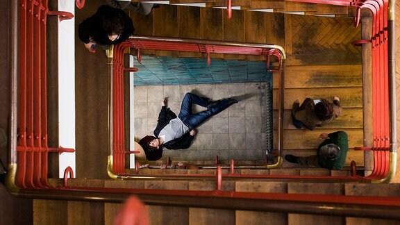 Ein Verdächtiger versucht zu fliehen, stürzt dabei im Treppenhaus des Polizeipräsidiums in die Tiefe und wird schwer verletzt.