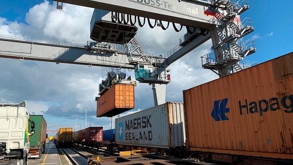 Container-Umschlag zwischen Bahn und Straße im GVZ Leipzig-Wahren.
