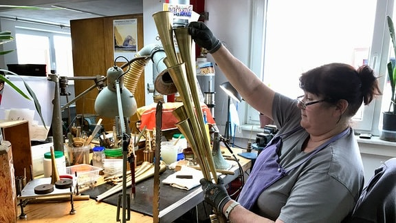 Mitarbeiterin fertigt Schalmeien im Betr. Kerstin Voigt