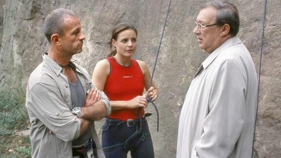 Fred Kaminski (Thomas Anzenhofer,l.) hat Lisa Marten (Elisabeth Lanz) beim Free-Climbing fast abstürzen lassen. Kommissar Schmücke (Jaecki Schwarz) will wissen warum?