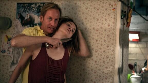 Viktor Nilsson (Gustaf Hammarsten) bedroht eines seiner Opfer.