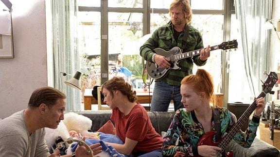 Die Patchwork-Familie findet sich in der Musik. Von links nach rechts: Jonas (Benno Fürmann), Marit (Maja Schöne), Christian (Henning Baum) und Tina (Justina Humpf).