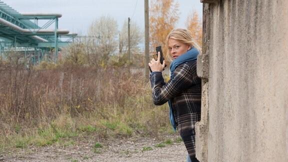Nora Lindner (Isabell Gerschke) ist einem Verdächtigen auf der Spur.