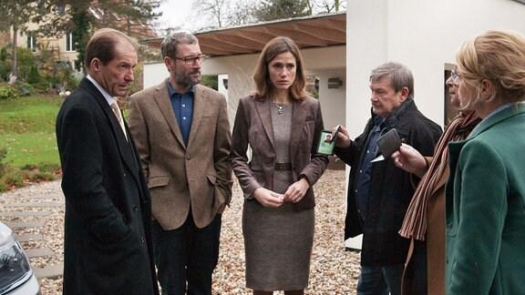 Dr. Thomas Pfahl (Michael Lesch, links) erkennt, dass Patrizia Moltke (Julia Bremermann, 2. von rechts) die Polizei gerufen hat. Weiter im Bild: Enrico (Heikko Deutschmann, 2. von links) und Schneider (Wolfgang Winkler, rechts)
