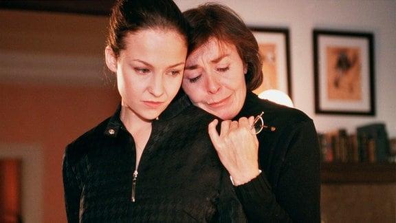 Simone (Valerie Koch, li.) und Carola (Thekla Carola Wied) versuchen über Dieters Unfalltod hinweg zu kommen.