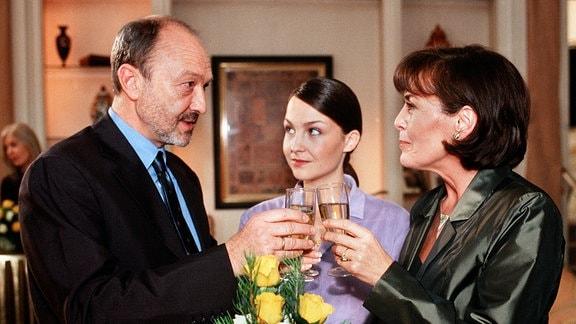 Dieter (Miguel Herz-Kestranek), Carola (Thekla Carola Wied, re.) und ihre Tochter Simone (Valerie Koch)