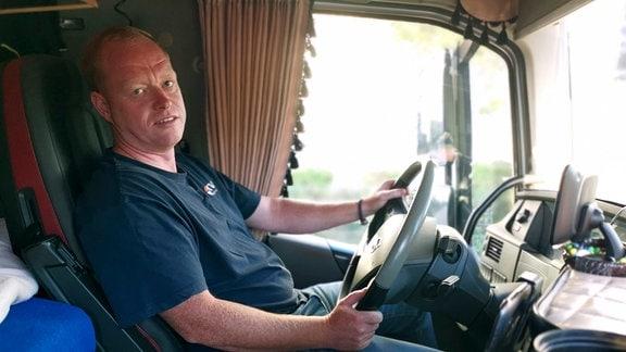 LKW-Fahrer Norman Engel in seinem Truck.