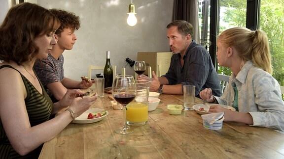 Mutter Marit (Maja Schöne) mit Jonas (Benno Fürmann) und den Kindern Luis (Max Boekhoff) und Selma (Maria Matschke) am Frühstückstisch.