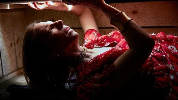 Die entführte Vanessa Willard (Katharina Schüttler) wird in einer Kiste eingesperrt.