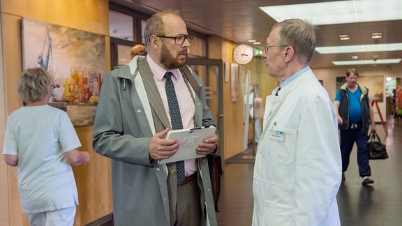 Dr. Magnus Sorel (Axel Milberg, links) erfährt im Gespräch mit Prof. Kessler (Hark Bohm, rechts), dass seine Ex-Frau unheilbar erkrankt ist.