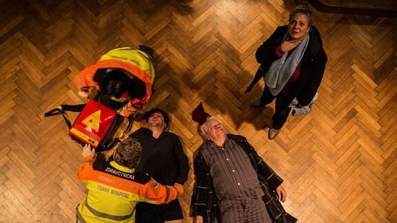 Kommissarin Klára Majerova (Gabriela Maria Schmeide) ist geschockt: Ihr deutscher Kollege Jan Koller (Roeland Wiesnekker, Mitte li.) liegt neben der Leiche des zu Tode gestürzten Rentners Benno Urban (Michael Rastl).
