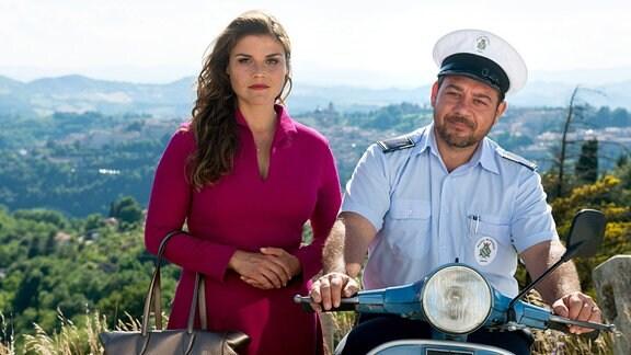 Die Medizinstudentin Malpomena del Vecchio (Katharina Wackernagel) und der Polizist Roberto Rossi (Leonardo Nigro) ermitteln gemeinsam in der Kleinstadt Urbino.